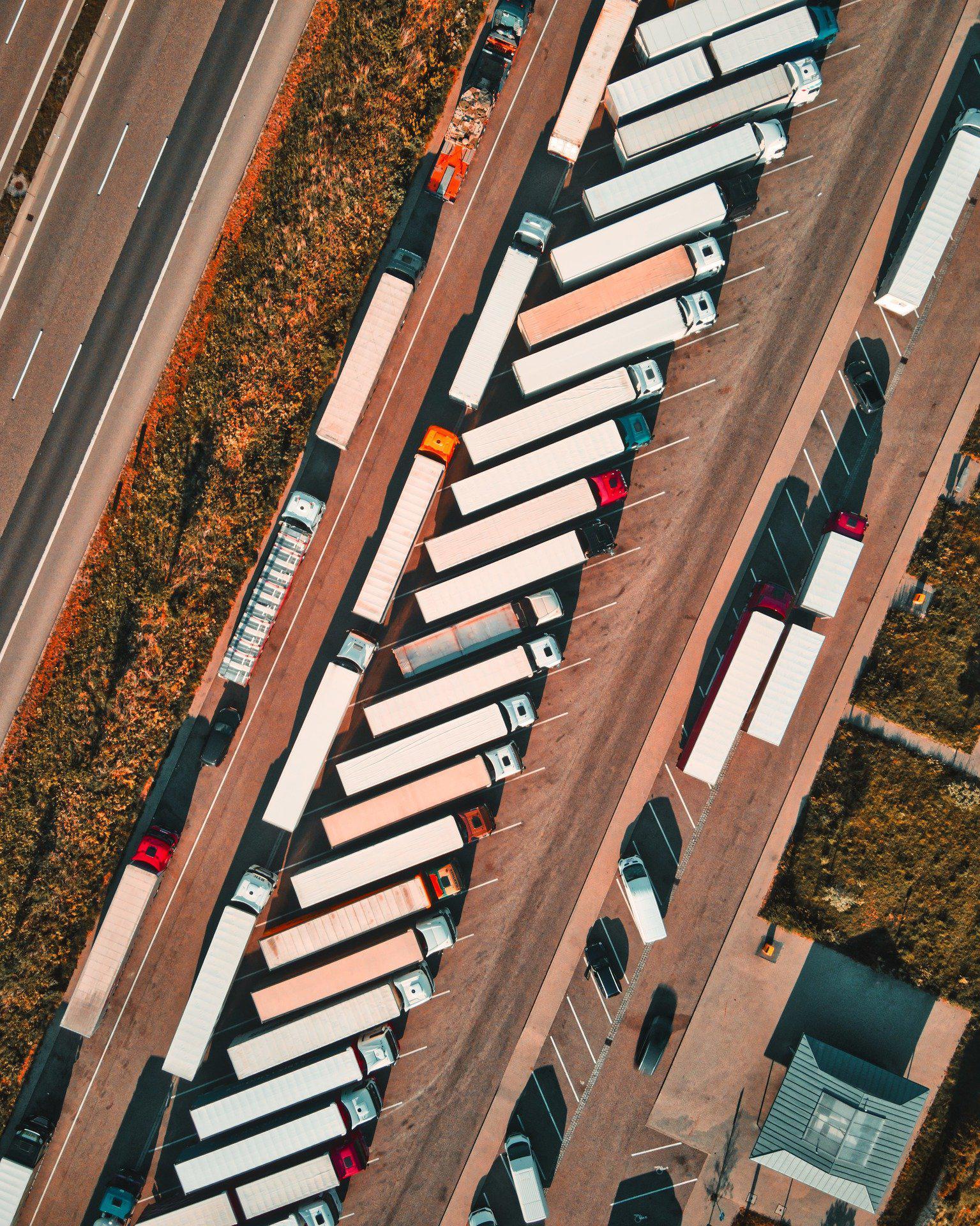 Ein Bild, das Gebäude, sitzend, groß, Zug enthält.  Automatisch generierte Beschreibung
